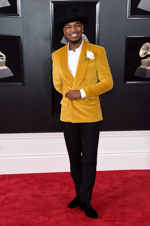 2018 grammys ne-yo saffron velvet coat with black pants and a white dress shirt with a white floral boutonniere