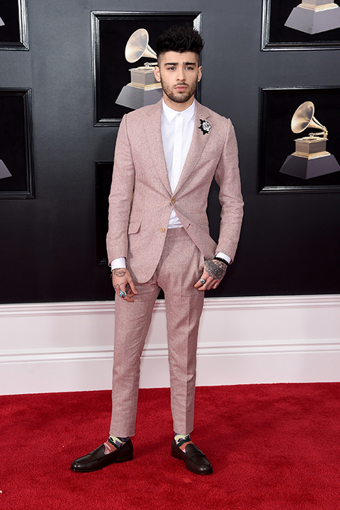 2018 grammys zayn malik pink tuxedo with a white dress shirt and long white tie with a white and black boutonniere