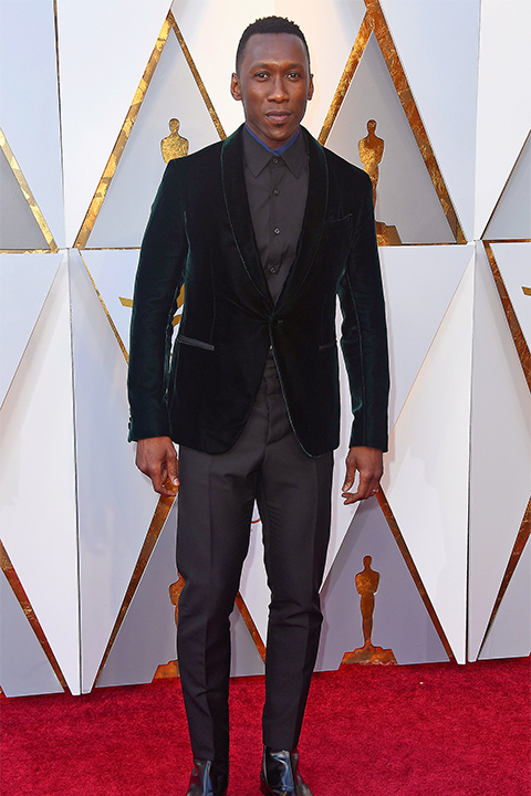 2018 academy awards mahershala ali dark green velvet tuxedo coat with a black dress shirt and black pants look