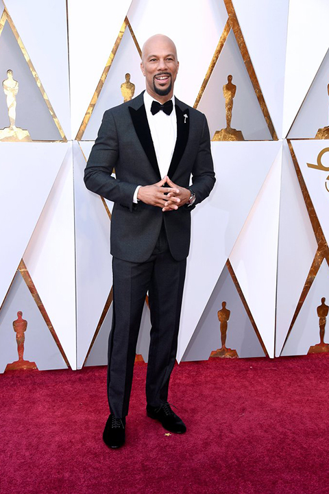 2018 academy awards common charcoal grey tuxedo with a black velvet peak lapel and white dress shirt with a black bow tie