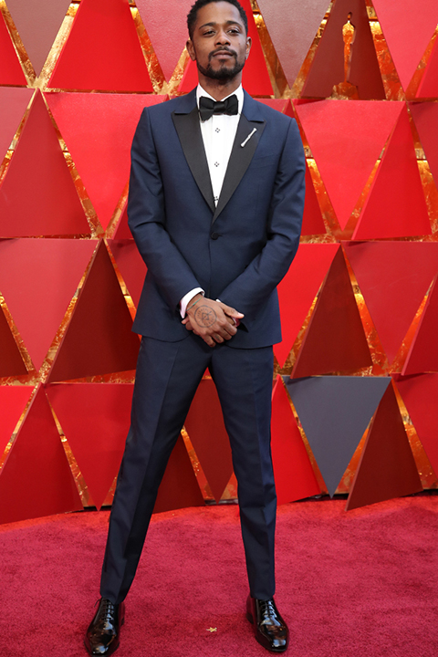 2018 academy awards lakeith stanfield navy blue tuxedo with black peak lapels and white dress shirt with a black bow tie